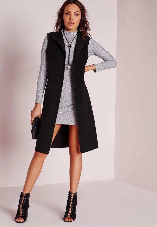 C чем носить удлиненный жилет без рукавов: серая кофта