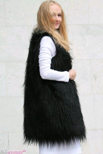 с чем носить удлиненный меховой жилет