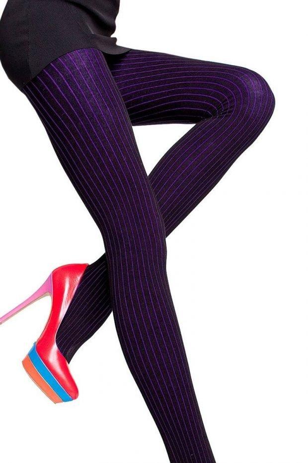 модные цветные колготки 2019 2020 года фиолетовые в полоску
