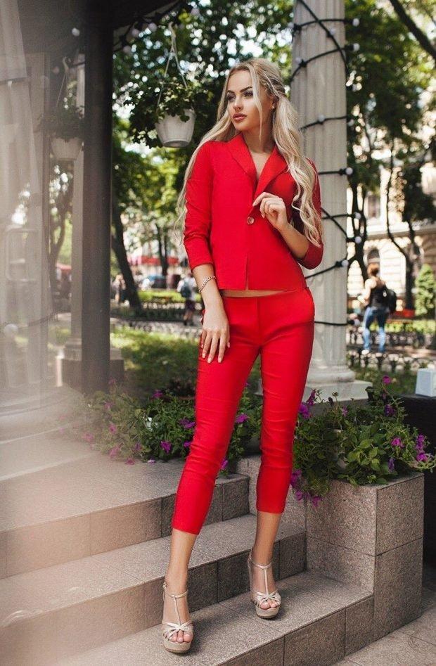 женские костюмы 2019 2020: с укороченными брюками красный