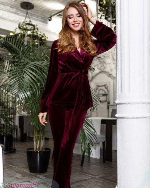 модные тенденции женских костюмов из бархата 2018 2019 год бордовый