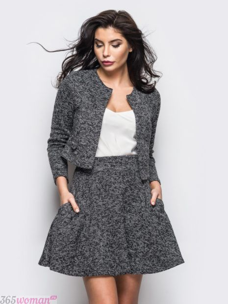 модные костюмы с юбкой трикотажный серый