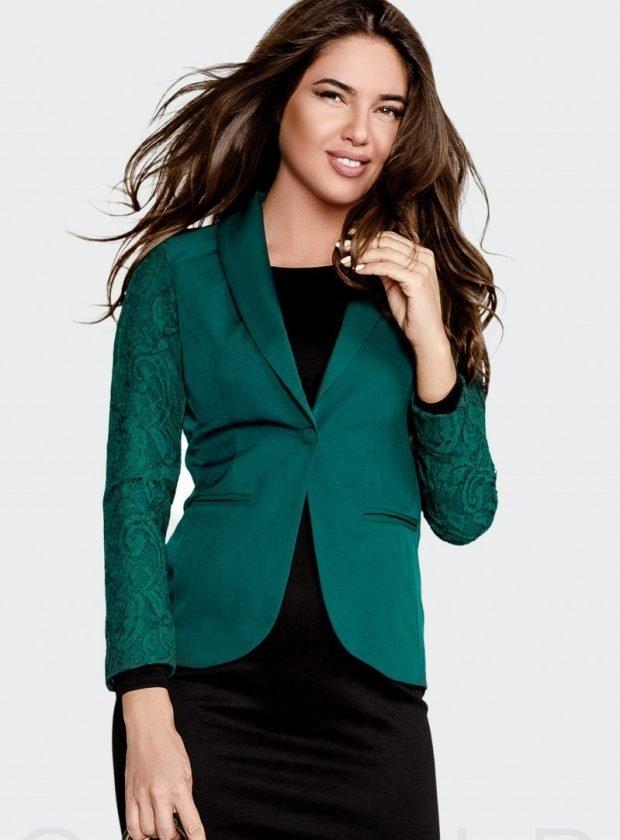 модные женские пиджаки 2020: зеленый с кружевными рукавами