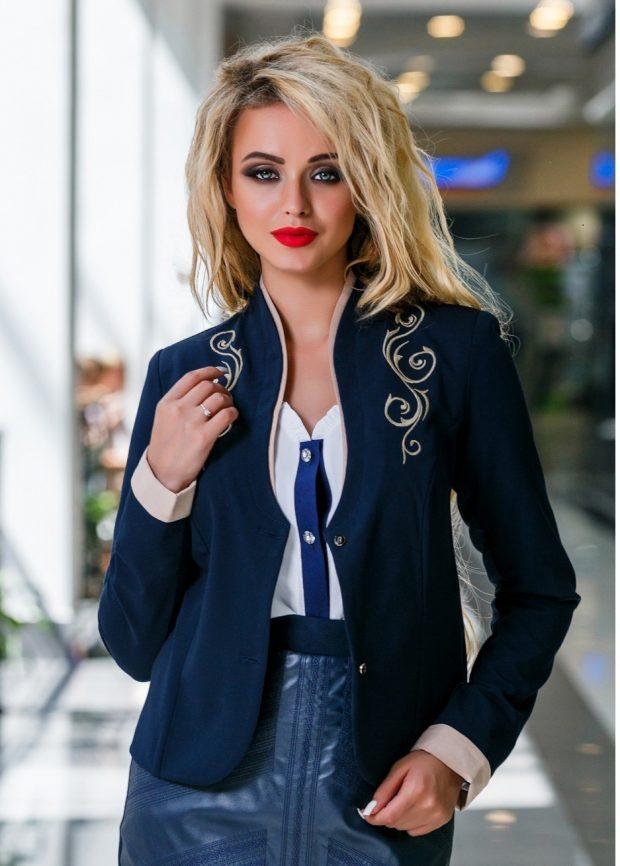 модные женские пиджаки 2020: синий с декором