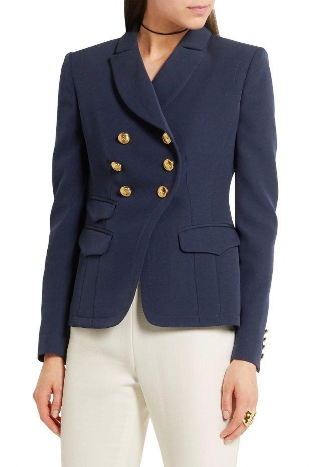 модные женские пиджаки 2021: синий с золотыми пуговицами