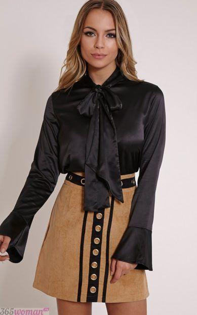 черная атласная блуза с бантом