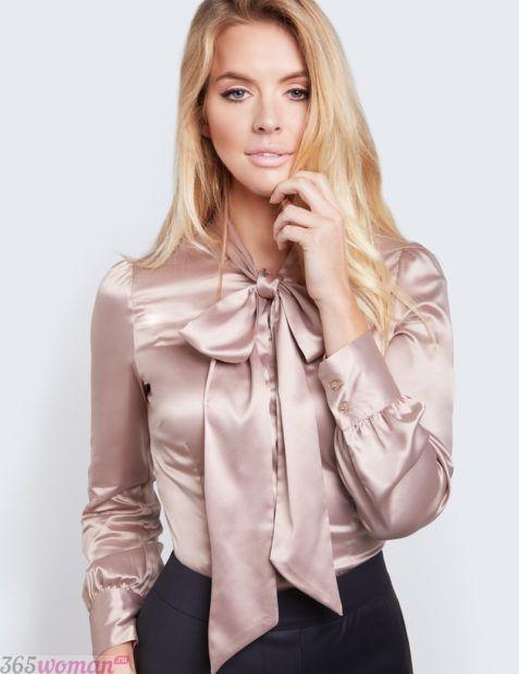атласная блуза с бантом в светлых тонах