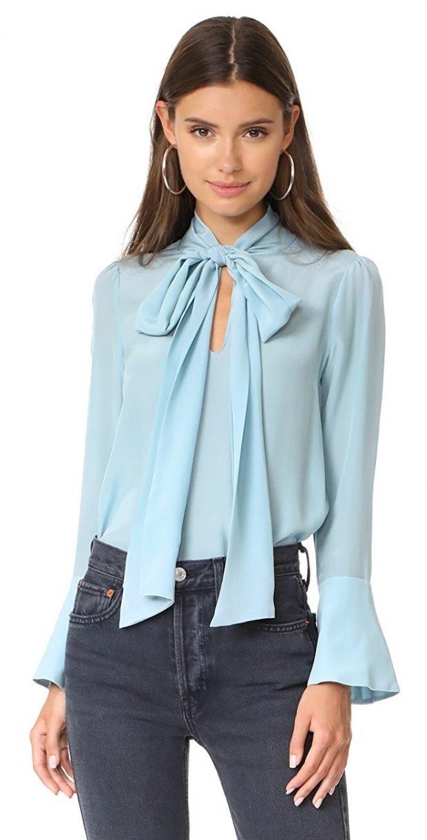 Блузки осень-зима 2019 2020: с бантом светло-голубого цвета