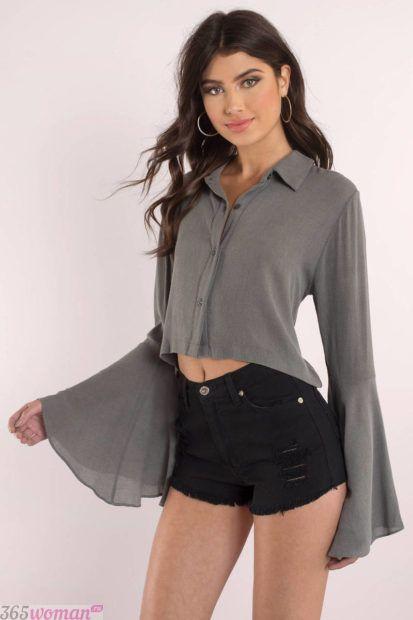 серая блуза с длинным расклешенным рукавом