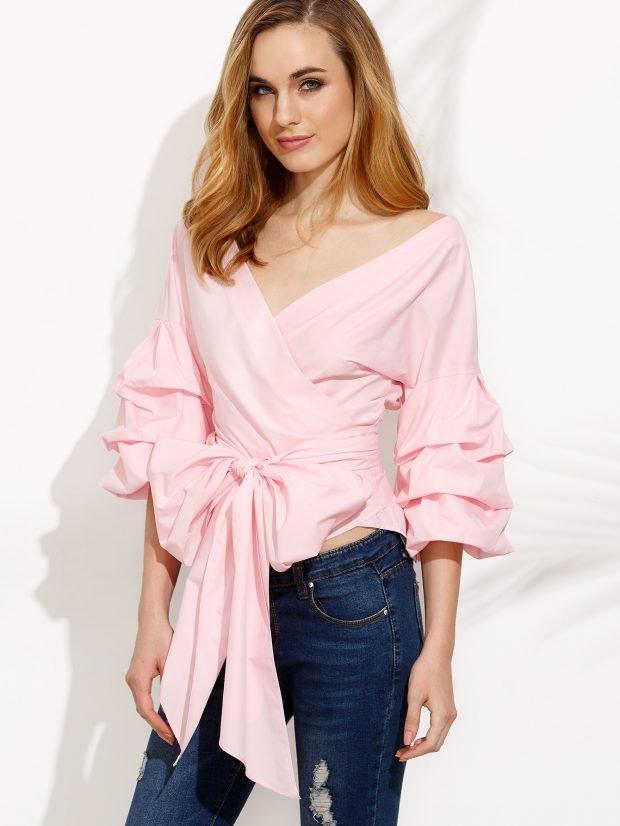 светло-розовая блуза под пояс