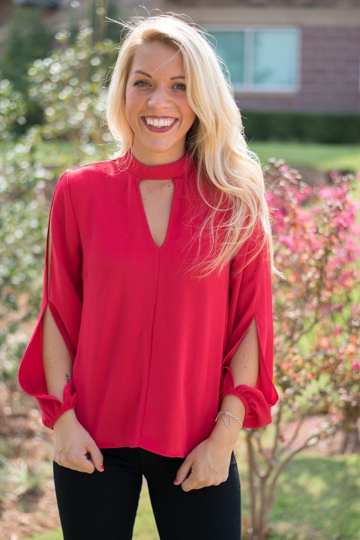 красная блуза с вырезами