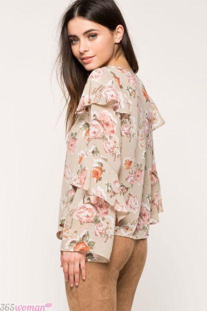 светлая блузка с воланами принт