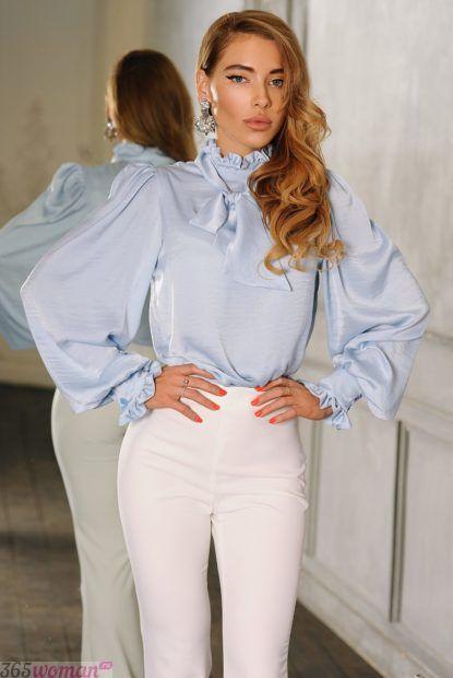 светло-голубая блуза с объемными рукавами
