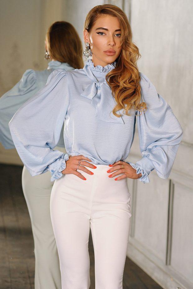 светло-голубая с объемными рукавами