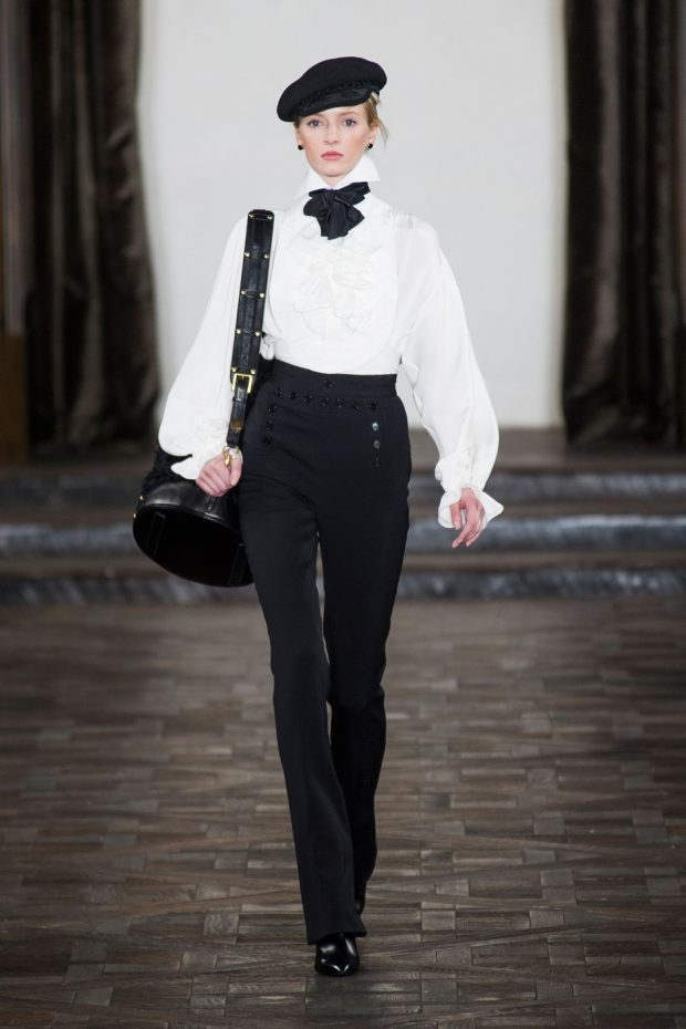 белая с объемными рукавами с черным бантом