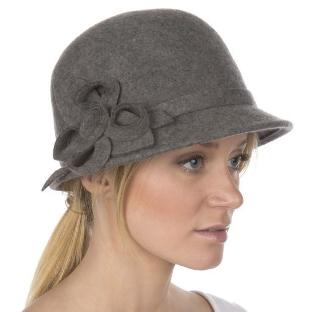 головные уборы осень зима 2020 2021: серая шляпка с цветочным декором