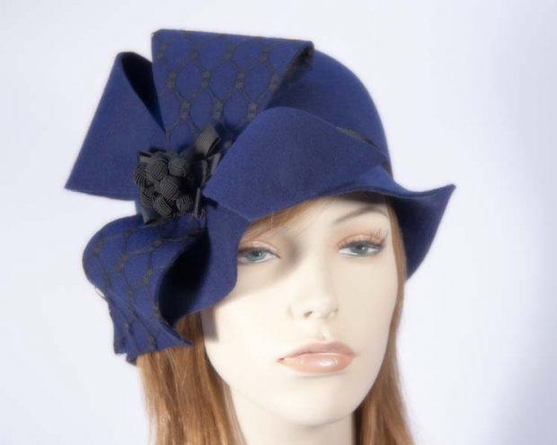 синяя шляпа с объемным украшением