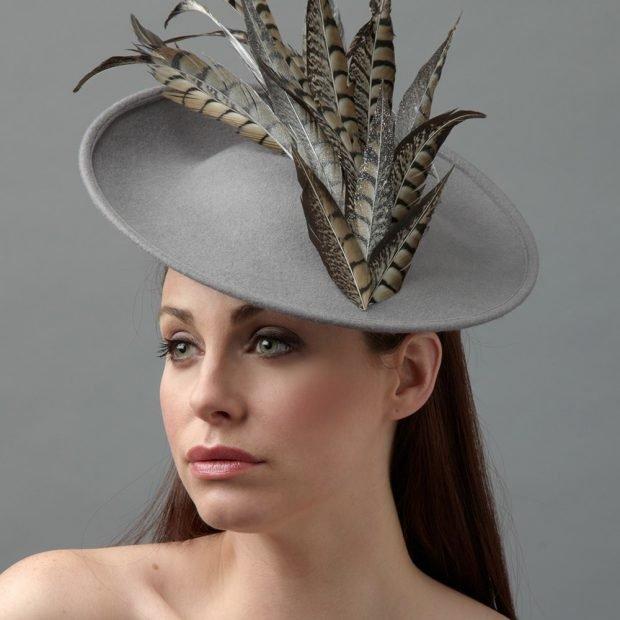 светлая шляпка с объемным украшением