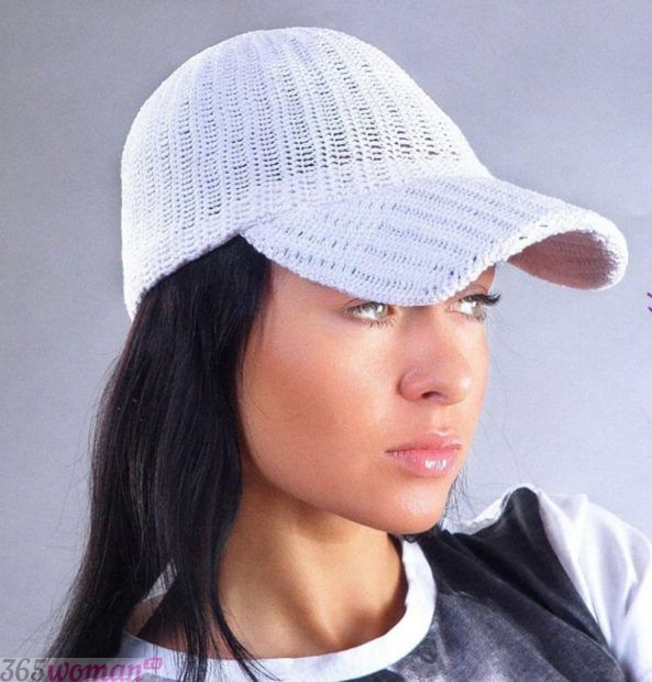 белая вязанная кепка