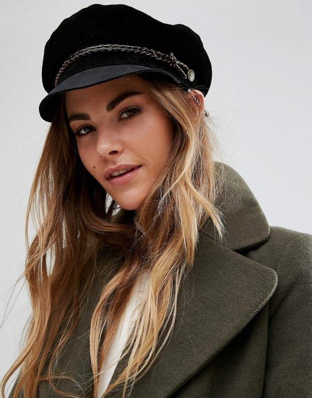 головные уборы осень зима 2021: черная женская кепка