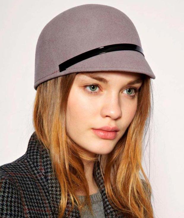 головные уборы осень зима 2020 2021: шляпка пастельного цвета с ремешком
