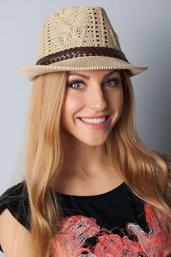светлая шляпа федора с декором