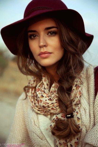 бордовая широкополая шляпа
