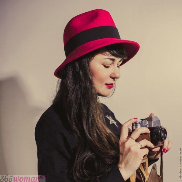 красная шляпа федора с черной лентой