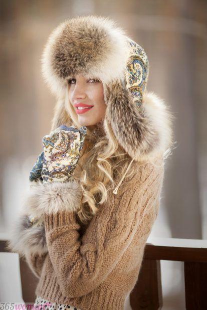 светлая шапка из меха с декором