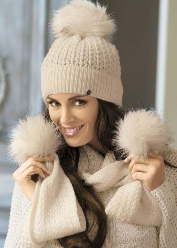 модные головные уборы осень зима 2020: светлая вязанная шапка с помпоном