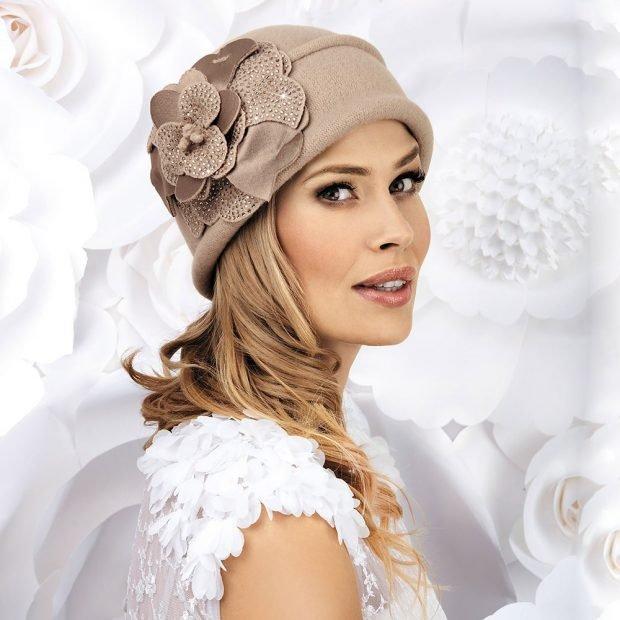 модные головные уборы осень зима 2020 2021: бежевая шляпка с украшением
