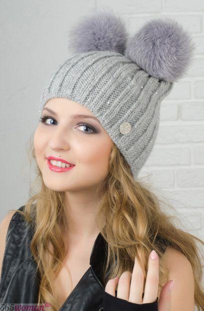светло-серая вязанная шапка с двумя помпонами