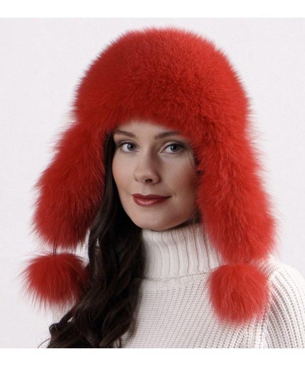 красная меховая шапка с помпонами