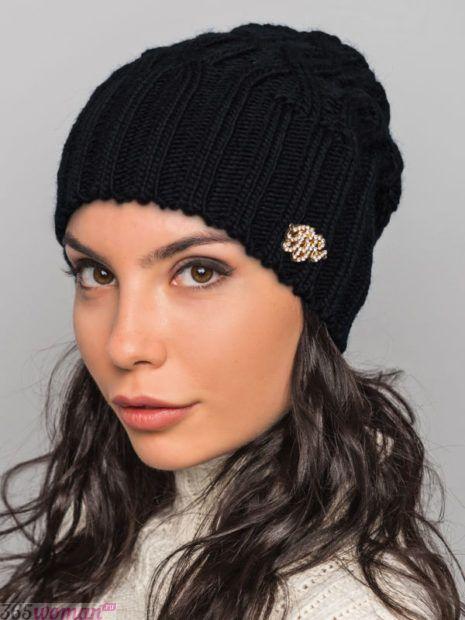 черная вязанная шапка