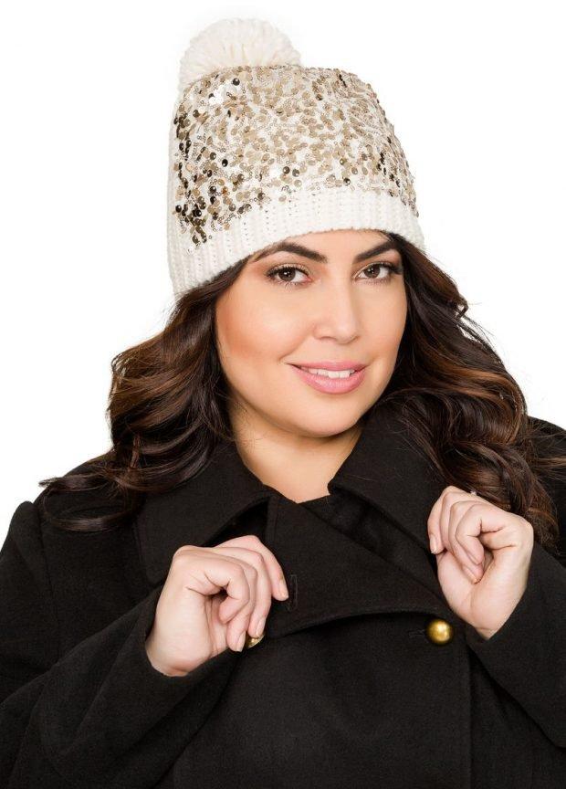 модные головные уборы осень зима 2019 2020: светлая вязанная шапка с пайетками