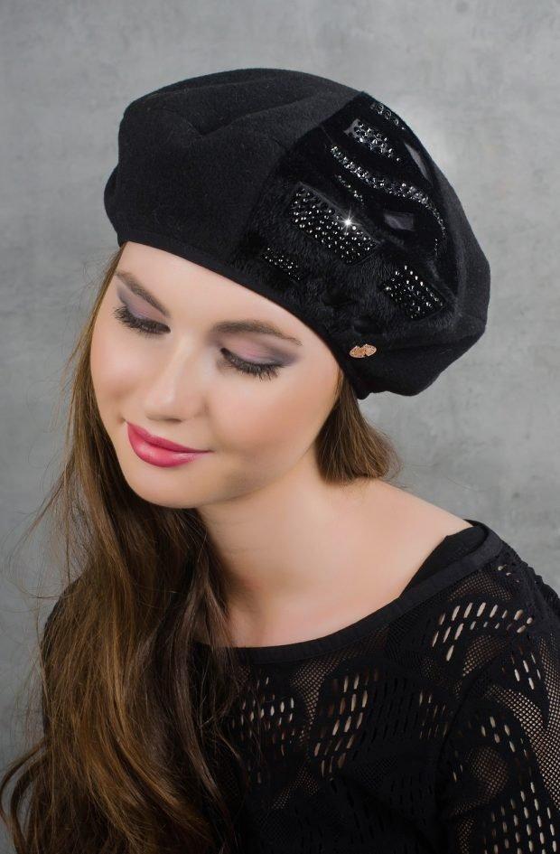 модные головные уборы осень зима 2019 2020: черный берет с узором из пайеток