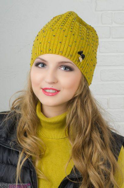 желтая вязанная шапка