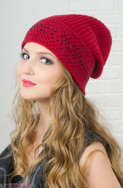 красная вязанная шапка бини