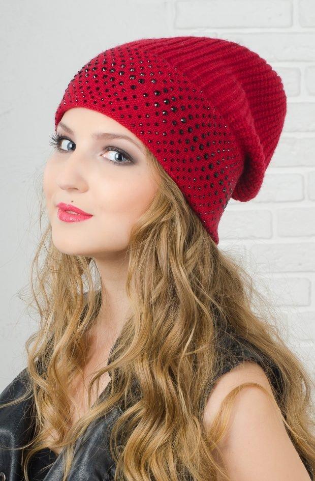 головные уборы осень зима 2020 2021: красная вязанная шапка бини