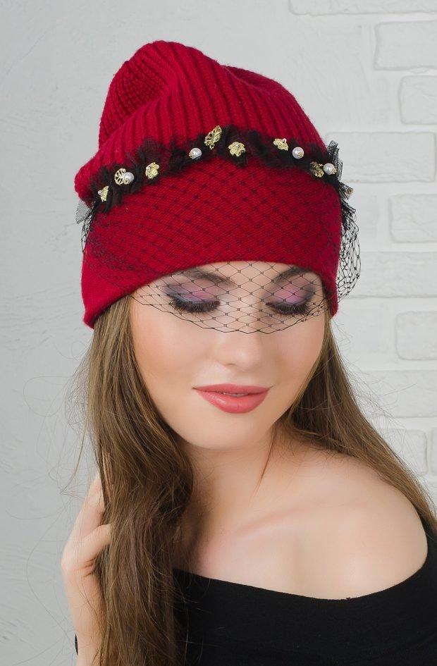 модные головные уборы осень зима 2020 2021: красная вязанная шапка с украшением