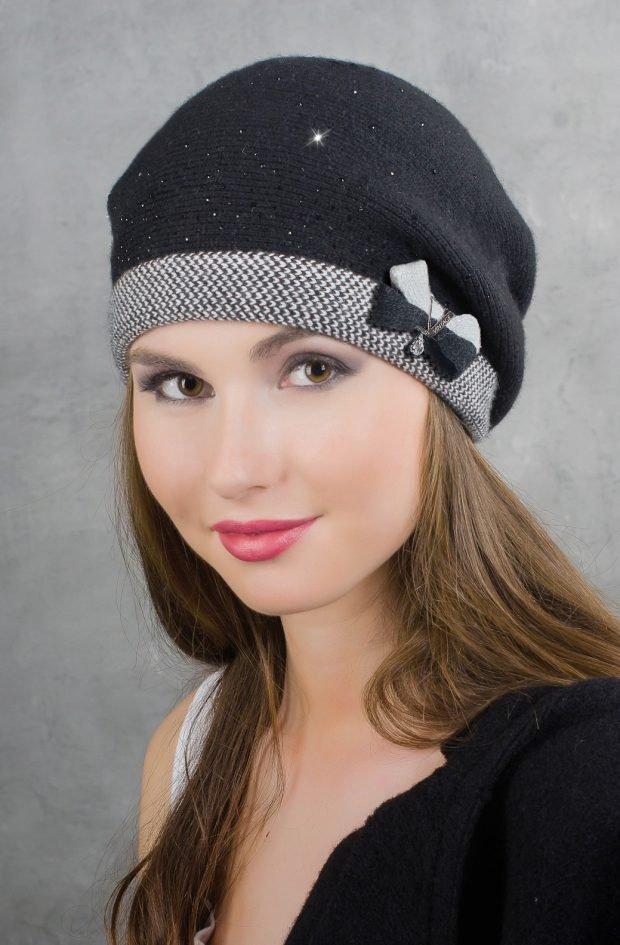 модные головные уборы осень зима 2020: серый берет с бантиком