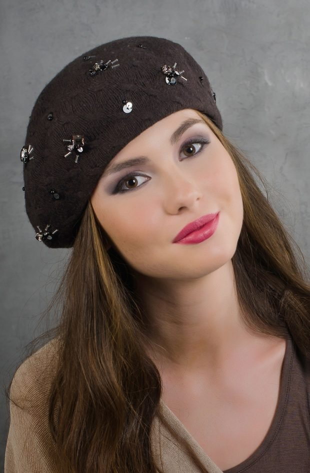 модные головные уборы осень зима 2019 2020: коричневый берет со стразами