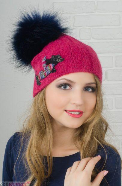 розовая вязанная шапка с помпоном