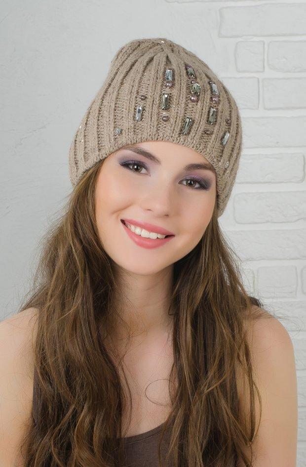 модные головные уборы осень зима 2020 2021: бежевая вязанная шапка