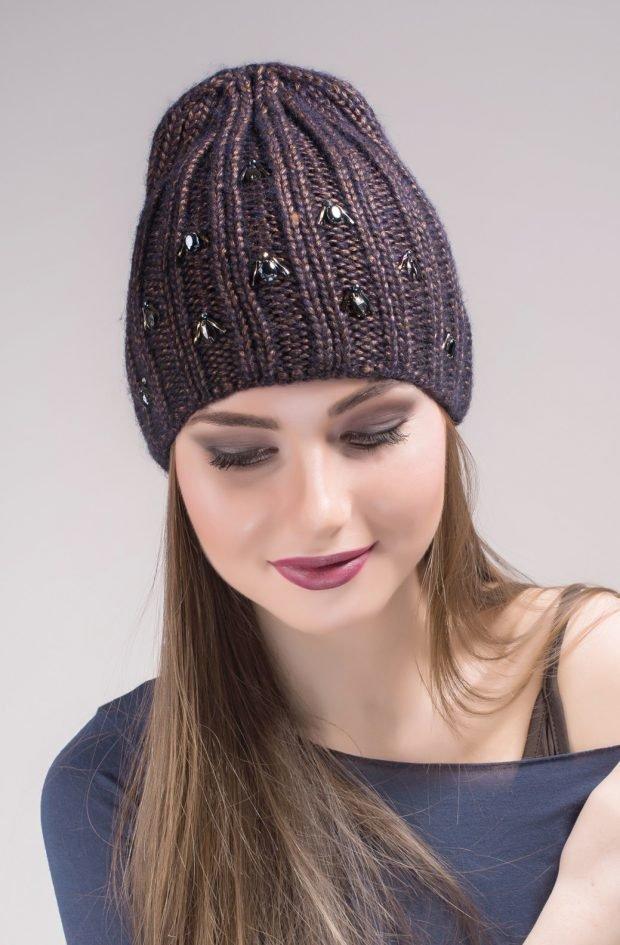 модные головные уборы осень зима 2019 2020: вязанная шапка со стразами пастельного цвета