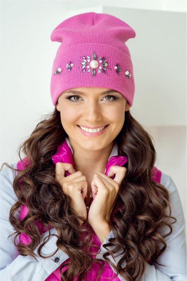 модные головные уборы осень зима 2020: розовая вязанная шапка со стразами