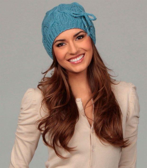 модные головные уборы осень зима 2020: бирюзовая вязанная шапка
