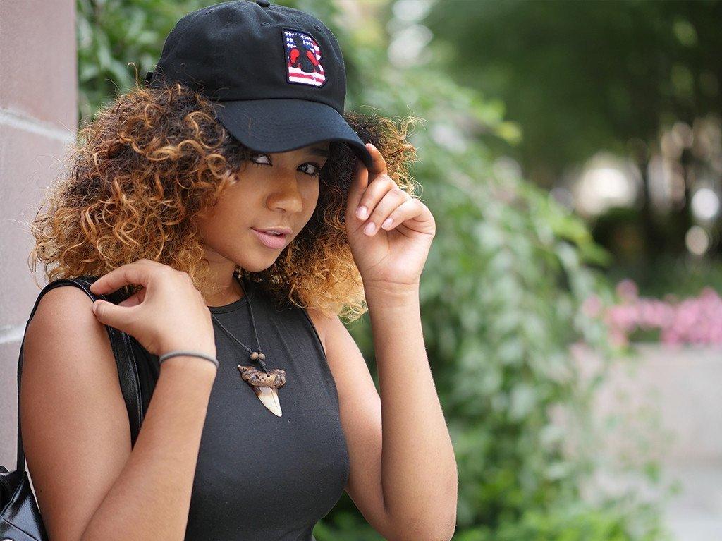 черная женская кепка с рисунком