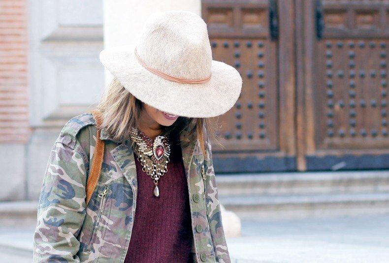 светлая широкополая шляпа