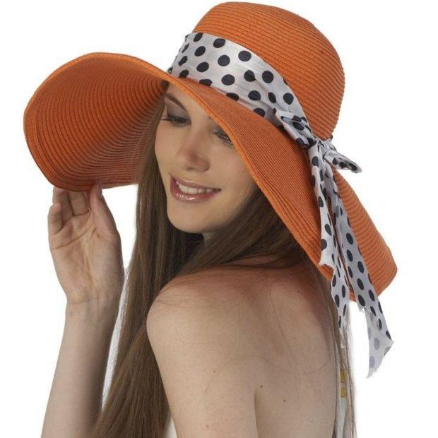 оранжевая широкополая шляпа с лентой в горох
